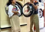 포토존은 세탁소, 의상은 버려진 옷…SNS 인싸 된 80대 부부