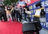 부동산 세금폭탄 반발 집회…'文자리' 써진 의자에 신발들 날아왔다