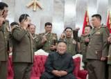 권총 든 군간부들에 둘러싸인 김정은···이례적 상황 속 웃었다