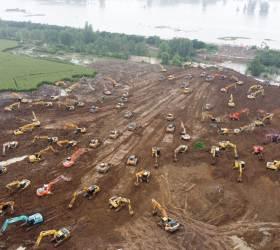 [<!HS>한컷플러스<!HE>]싼샤댐 붕괴설 중국, 범람막으려 중장비 수십대로 임시 제방 건설