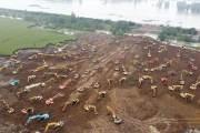 [한컷플러스]싼샤댐 붕괴설 중국, 범람막으려 중장비 수십대로 임시 제방 건설