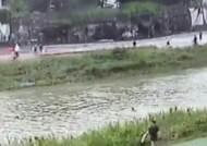 [단독] 급류 속 의식잃은 8살…20대 경찰은 바로 몸 던졌다