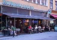 '집단감염' 망신 스웨덴의 반전…확진자 80% 넘게 급감했다