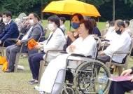 """홀로 행사 참석한 이용수 할머니, 끝내 울먹이며 """"너무 서럽다"""""""