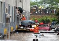 아이 떠내려가자 급류속 첨벙···폭우에 빛난 '우리안의 영웅들'