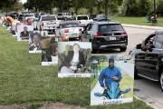 [서소문사진관]사진으로 기억하는 코로나 희생자, 미 디트로이트에서 드라이브 스루 추모 행사 열려