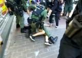 """""""의심스런 불법 시위자"""" 12살 소녀마저 내동댕이친 홍콩 경찰"""