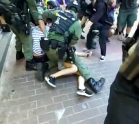 """""""의심스런 불법 <!HS>시위<!HE>자"""" 12살 소녀마저 내동댕이친 <!HS>홍콩<!HE> 경찰"""