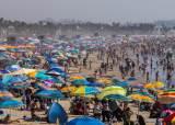 美 노동절 연휴, 마스크 안 쓰고 해변으로 몰렸다…5월 악몽 반복하나