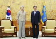 """문대통령, 메이 전 英총리 접견…""""코로나 이후 첫 중요외빈"""""""