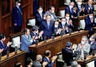 스가 총리와 '주먹인사'…日 자민당 의원 코로나 확진