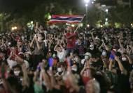 """""""이 나라는 국민 것""""…'군주제 개혁' 거리로 쏟아진 태국 시민들"""
