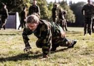 """""""특혜는 없다"""" 군복입은 벨기에 공주, 총 들고 흙바닥 뒹굴었다"""