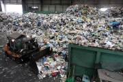 코로나로 쌓여가는 포장재…'썩는 플라스틱' 기술 있어도 못 내놓는 이유는?