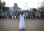 """벨라루스 여성들 '뜨개질 시위'…""""반독재' 노벨상 수상자도 나섰다"""