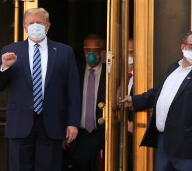 [<!HS>서소문사진관<!HE>] 이중 마스크에 고글까지···안 나은 트럼프 퇴원<!HS>,<!HE> 수행원들 긴장