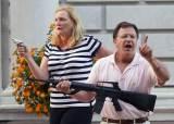 시위대에 M16 소총 겨눈 백인 변호사 부부, 총기 위협 혐의 기소