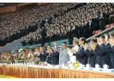 김정은, 열병식 참가자와 기념사진…집단체조 공연도 관람