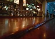 [더오래]오래 된 위스키 바의 기울어진 목재 테이블