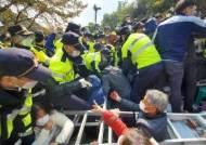 사드 기지 앞 진밭교서 경찰 진압 시작… 사다리 구조물에서 주민 격리