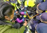 국방부, <!HS>성주<!HE>에 사드기지에 장비 반입… 경찰 투입 1시간15분만에 시위 진압