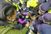 국방부, 성주에 사드기지에 장비 반입… 경찰 투입 1시간15분만에 시위 진압