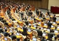 """""""기후악당"""" 비난하던 與강경파 기립박수 치게 한 文 한마디"""
