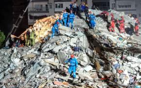 터키 강진, 빌딩 깔린 엄마와 세 아이···18시간 만에 극적 구조