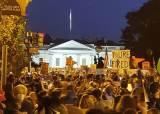 """[르포]백악관 앞 시민들 """"넌 해고야"""" 트럼프 유행어 되돌려줬다"""