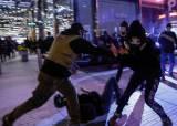 트럼프 <!HS>찬반<!HE> 시위 충돌…결국 난투극에 칼부림까지 났다