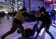 트럼프 찬반 시위 충돌…결국 난투극에 칼부림까지 났다