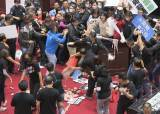 돼지 내장 내던지자 불붙었다…대만 국회의원들 국회 난투극