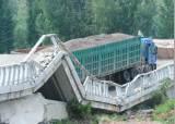 中선 다리도 무너뜨린 '과적 트럭'...뒷처리 비용만 年760억