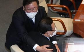 17분 걸린 558조 슈퍼예산 통과···김태년, 주호영 껴안았다