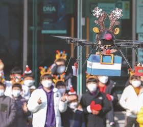 [한 컷] '<!HS>드론<!HE> 루돌프'의 크리스마스 선물