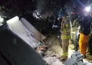 굴삭기와 화물열차 충돌, 2명 사망…경부선 열차운행 지연중