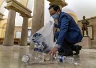 美의사당서 쪼그려앉아 쓰레기 줍는 남자…한국계 의원 화제