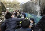 """정인이 양부모에 분노한 시민들, 호송차에 눈덩이 던지고 """"살인자!"""""""