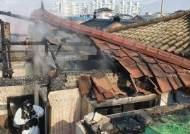 충주 주택 화재…동생은 창깨고 탈출, 잠자던 누나는 숨졌다