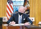 바이든이 앉은 집무실 책상, 트럼프의 '<!HS>콜라<!HE> <!HS>버튼<!HE>' 사라졌다