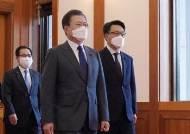"""尹에 """"살아있는 권력도 수사하라""""던 文, 김진욱엔 말 아꼈다"""