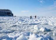 [한 컷 세계여행] 세상의 땅끝에서 얼음 덮인 바다를 걷다