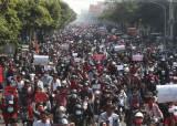 미얀마 미스터리…민심 얻고도 군부 앞에선 작아지는 수지 왜