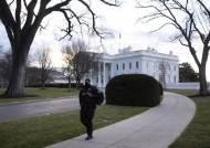 """""""바이든에게 줄 편지 있다""""…총 들고 美 백악관 온 여성 체포"""