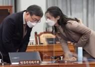 검찰 직접수사권 박탈 둘러싼 '속도전' 대 '신중론' 대결…신현수 사의에 영향