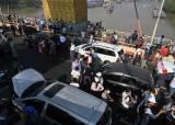 미얀마 시위대 '차량 버려두기' 전략… <!HS>일촉즉발<!HE> 위기는 계속