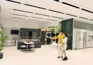 """""""롤러블 TV 구경 가자""""…LG전자, 여의도에 최대 규모 백화점 매장 오픈"""