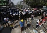 """""""미얀마 시위대 11명 사망""""…쿠데타 이후 최악 유혈사태"""