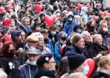 """마스크도 안쓰고…""""코로나 봉쇄 그만둬라"""" 독일서 수천명 집회"""