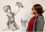 [사진] '배트맨 대신 간호사 히어로' 뱅크시 그림, 224억에 팔려
